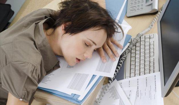 mulher_computador_cansada